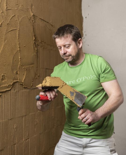 Lehmputz innen an der Wand auftragen