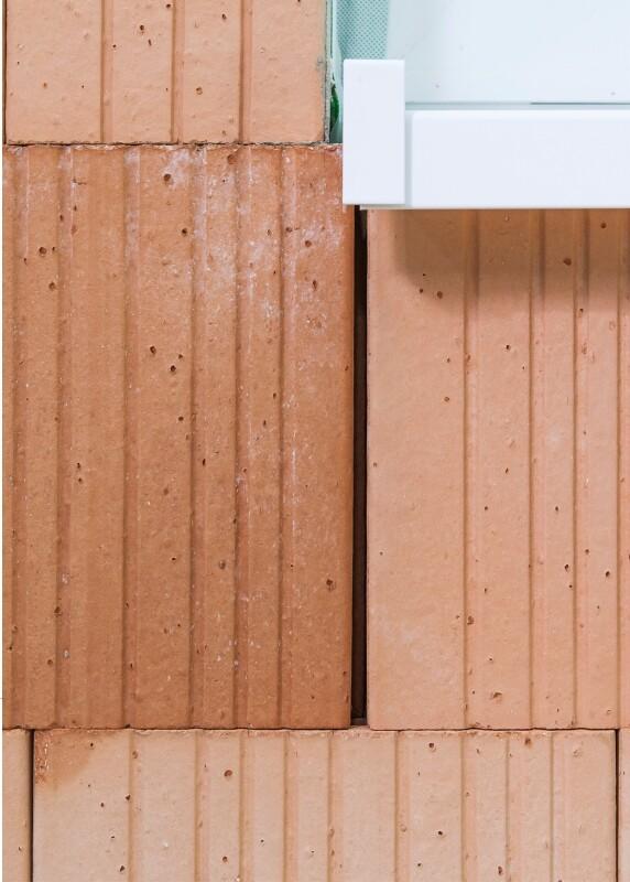 Löcher, Ausbrüche und Spalten im Mauerwerk