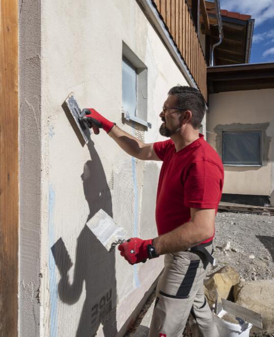 Alten Putz als Fassadensanierung am Altbau mit Armierungsmörtel überarbeiten