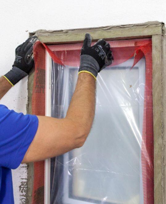 Laibungsplatte aus Mineralwolle an Fenster- und Türlaibung setzen