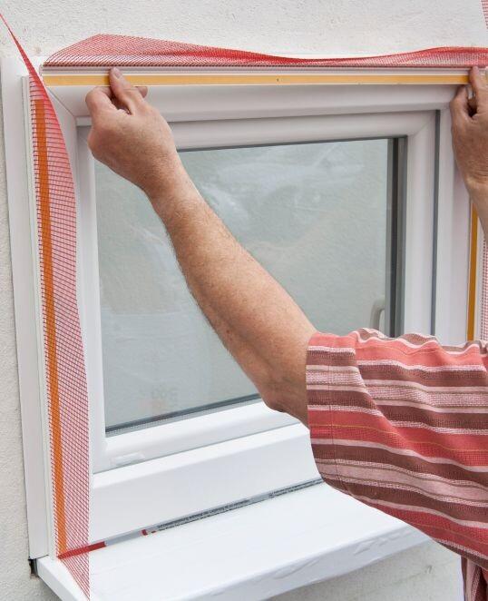 Anputzleiste am oberen Fensterrahmen ankleben.