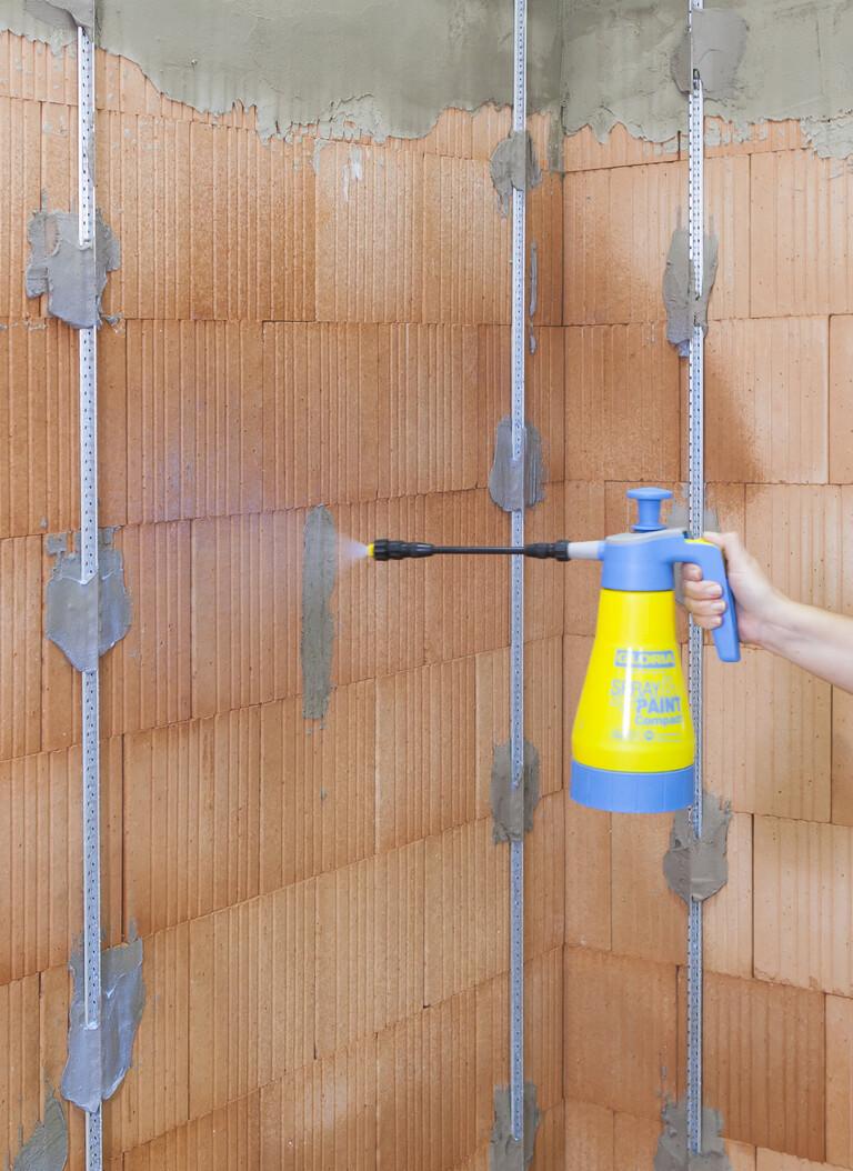 Grundierung für die saugende Wand für anschließenden Putz