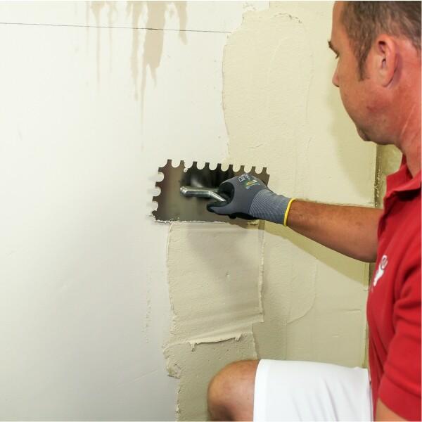 Antischimmel 2 in 1 Spachtel auf die Wand auftragen