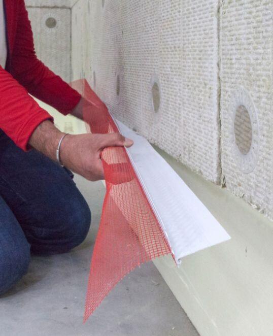 Sockelkantenprofil zwischen Fassadendämmung und Sockeldämmung einschieben