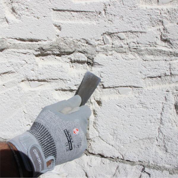 Mürbe Mauerwerksfugen auskratzen