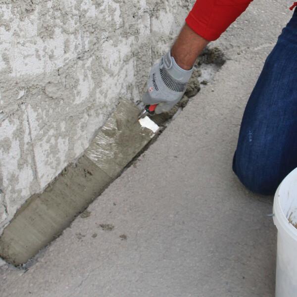 Zementmörtel als Hohlkehle auftragen